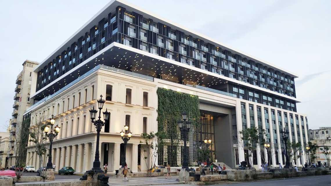 Paseo del Prado, detras el Capitolio de La Habana