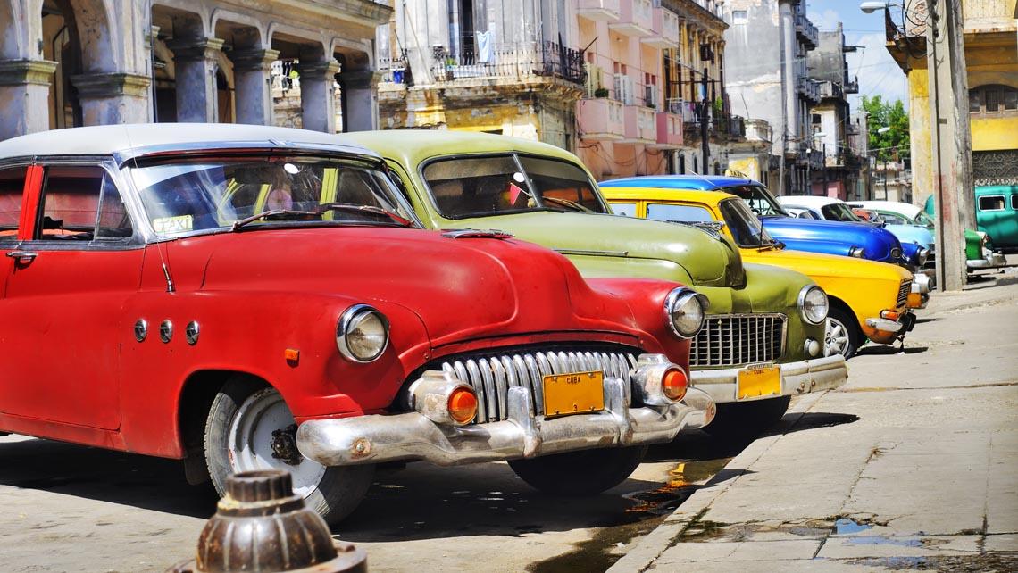 Foto de Recorrer la ciudad en coche antiguo