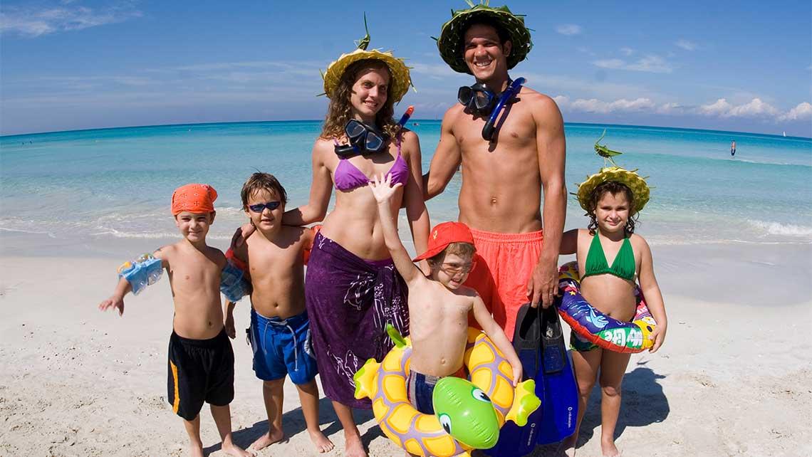 Cocoteros jovenes en la Playa de Varadero